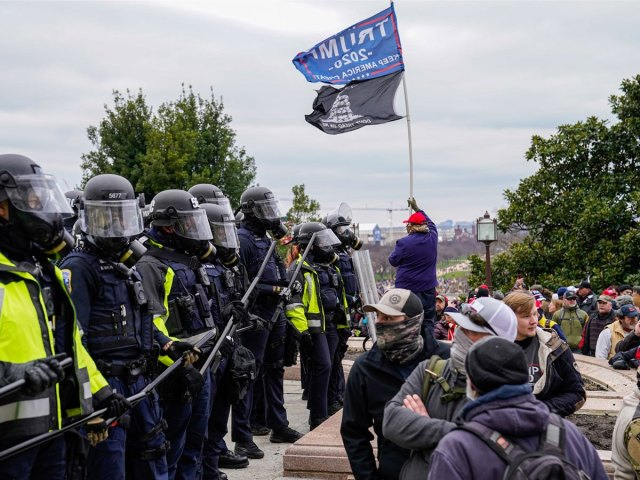 Photo of police and pro-Trump demonstrators